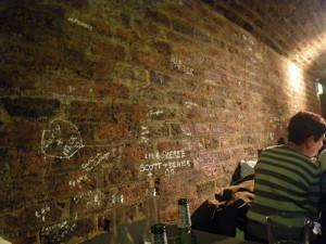 THE CAVERN CLUB 壁の落書き